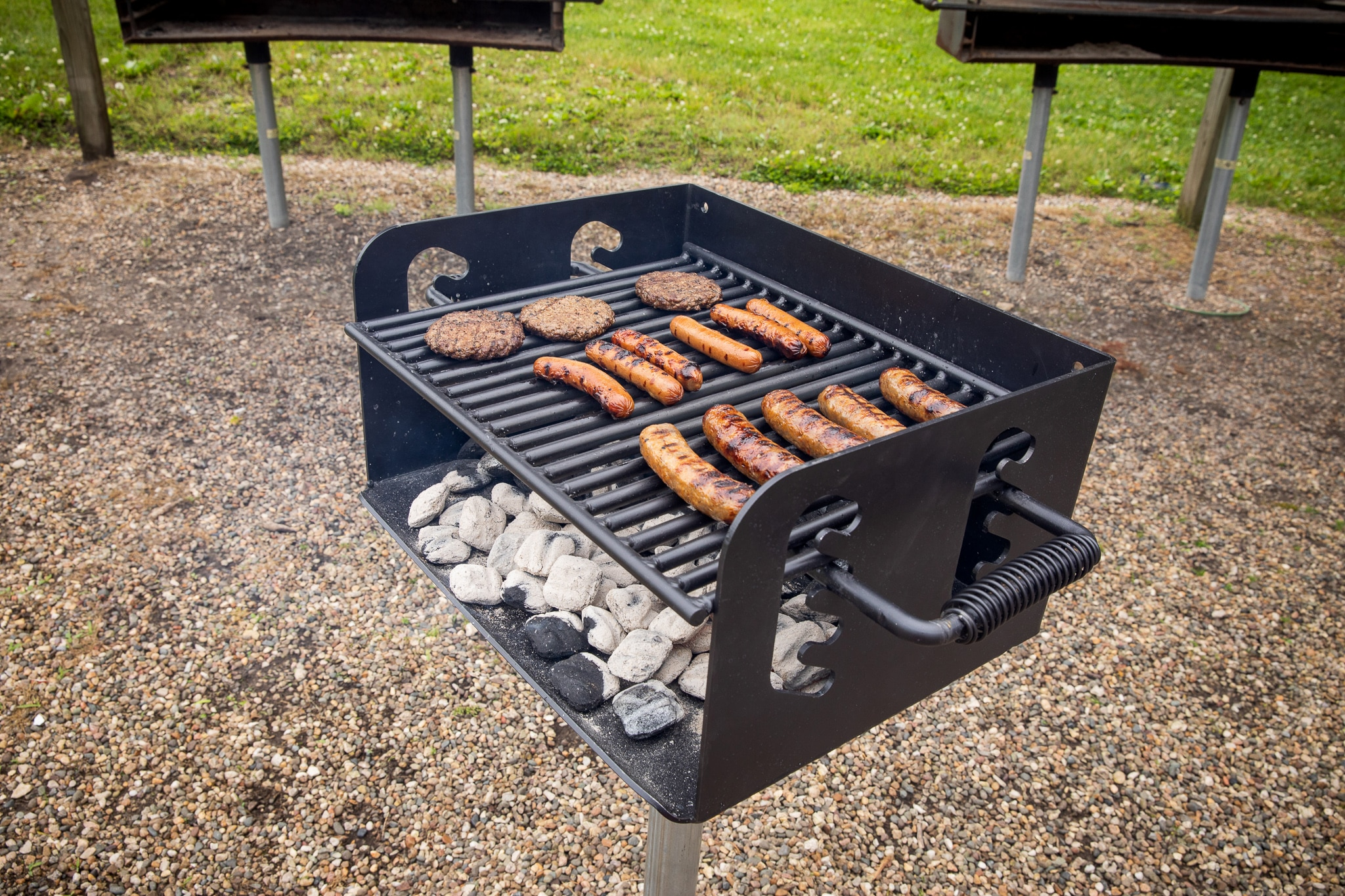 Pedestal Park Grill 300 Sq In Charcoal Grill